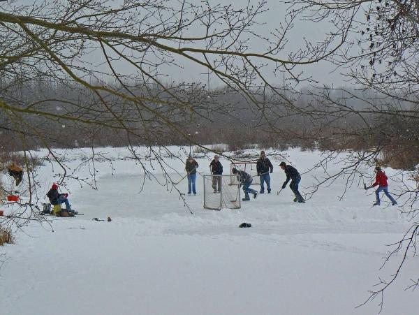 skating_outdoor-rink2_winter_simon-lunn